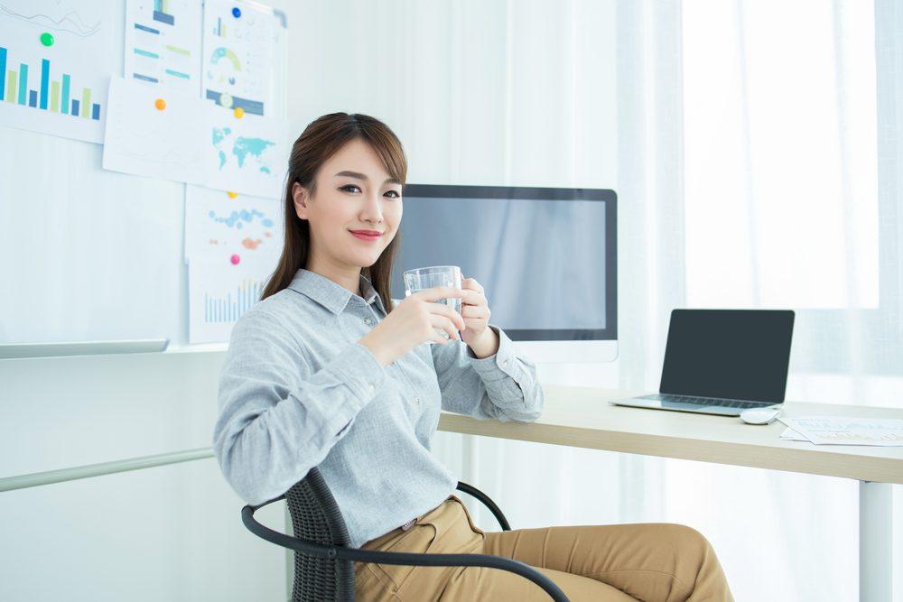 Dân văn phòng thường ít uống nước là điều không tốt cho sức khoẻ.